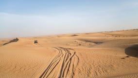 迪拜,阿拉伯联合酋长国- 2013年5月30日-在迪拜附近离开在吉普的徒步旅行队 阿拉伯联合酋长国 免版税库存图片