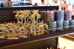 迪拜,阿拉伯联合酋长国- 4月10日 2018年 在免税店的纪念品在机场 免版税库存照片