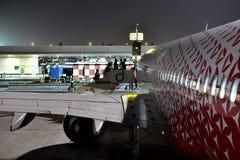 迪拜,阿拉伯联合酋长国- 4月10日 2018年 搭乘航空公司Rossiya在机场 免版税库存图片