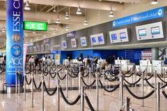 迪拜,阿拉伯联合酋长国- 4月10日 2018年 服务台看法在机场 免版税库存图片