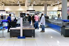 迪拜,阿拉伯联合酋长国- 4月10日 2018年 起飞前的检查区域在机场 免版税库存图片