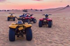 迪拜,阿拉伯联合酋长国3月12日2009辆方形字体摩托车徒步旅行队在沙漠 红色沙子 图库摄影