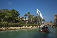 迪拜,阿拉伯联合酋长国- 1月05,2018 :Madinat Jumei的全景 免版税库存图片