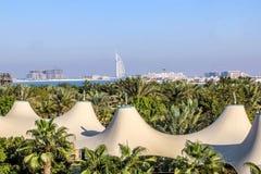 迪拜,阿拉伯联合酋长国- 01/15/2019 -阿拉伯塔,七个星旅馆,从Souk Madinat卓美亚奢华酒店集团,Resi的一个看法惊人的看法  免版税库存照片