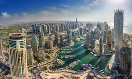 迪拜,阿拉伯联合酋长国- OKTOBER 10 :现代大厦在迪拜小游艇船坞,迪拜 库存照片