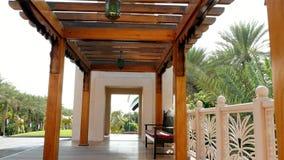 迪拜,阿联酋,阿拉伯联合酋长国- 2017年11月20日:旅馆Jumeirah Al Qasr Madinat,一个木眺望台,装饰与 股票录像