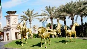 迪拜,阿联酋,阿拉伯联合酋长国- 2017年11月20日:豪华5担任主角旅馆JUMEIRAH Al Qasr Madinat,金子雕塑  股票视频
