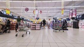 迪拜,阿联酋,阿拉伯联合酋长国- 2017年11月20日:迪拜购物中心, timelaps,超级市场,人们做购物,与 股票视频