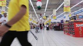 迪拜,阿联酋,阿拉伯联合酋长国- 2017年11月20日:迪拜购物中心, timelaps,超级市场,人们做购物,与 影视素材
