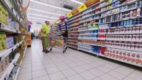 迪拜,阿联酋,阿拉伯联合酋长国- 2017年11月20日:迪拜购物中心, timelaps,超级市场,人们做购物,与 股票录像