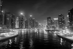 迪拜,阿联酋- 2017年12月26日:在晚上浇灌在迪拜小游艇船坞地平线的运河 住宅塔与 免版税库存图片