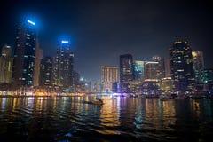 迪拜,阿联酋- 2017年12月26日:迪拜小游艇船坞地平线在晚上 与光反射的大厦 免版税库存图片