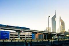 迪拜,阿联酋- 2018年2月5日:迪拜运行在高的高架桥的地铁火车在Bur迪拜 免版税库存图片