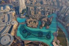 迪拜,阿联酋- 2014年11月23日:从Burj观察台观看的迪拜喷泉美好的空中都市风景  免版税图库摄影