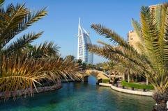迪拜,阿联酋- 2014年11月18日:Burj Al阿拉伯人Jumeirah塔是豪华摩天大楼旅馆 从landsc的风景看法 免版税库存照片