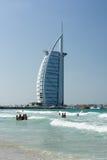 迪拜,阿联酋- 2016年12月9日:Burj Al阿拉伯旅馆都市风景从Jumeirah海滩的 库存照片