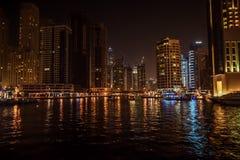 迪拜,阿联酋-阿拉伯联合酋长国- 2016年4月23日:迪拜小游艇船坞摩天大楼在晚上 免版税库存照片