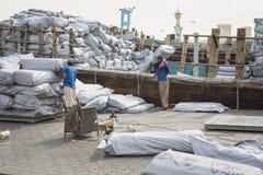 迪拜, UAE-JANUARY 19 :装载船在萨伊德在1月19日 图库摄影