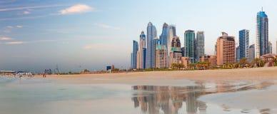 迪拜-从海滩的小游艇船坞塔在晚上光 免版税库存图片