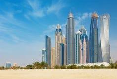 迪拜-从海滩的小游艇船坞塔 库存照片