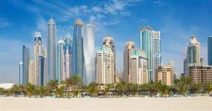 迪拜-从海滩的小游艇船坞塔 免版税库存照片