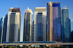 迪拜 继续前进摩天大楼的背景地铁火车 库存图片