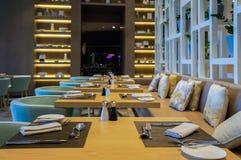 迪拜 在2016年的夏天 与大理石装饰的现代和明亮的内部在旅馆Sofitel里棕榈 免版税库存图片