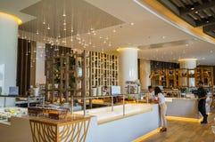 迪拜 在2016年的夏天 与大理石装饰的现代和明亮的内部在旅馆Sofitel里棕榈 库存照片