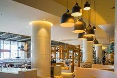 迪拜 在2016年的夏天 与大理石装饰的现代和明亮的内部在旅馆Sofitel里棕榈 免版税库存照片