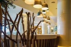 迪拜 在2016年的夏天 与大理石装饰的现代和明亮的内部在旅馆Sofitel里棕榈 库存图片