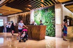 迪拜 在2016年的夏天 与有生命的植物和大理石装饰墙壁的现代和明亮的内部在旅馆Sofitel T里 库存照片