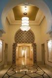 迪拜 夏天2016年 与曲拱米黄光的内部在四个季节旅馆Jumeirah 库存图片