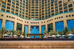 迪拜 夏天2016年 几何形成一家现代旅馆费尔蒙特阿吉曼的内部 图库摄影