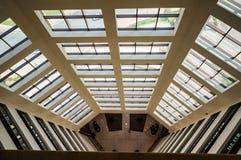 迪拜 夏天2016年 几何形成一家现代旅馆费尔蒙特阿吉曼的内部 库存照片