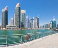 迪拜-小游艇船坞和散步摩天大楼  免版税库存照片
