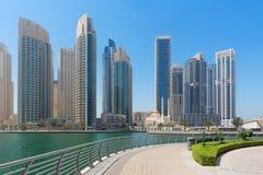 迪拜-小游艇船坞和清真寺散步  免版税库存照片