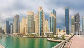 迪拜-小游艇船坞和清真寺散步  库存照片