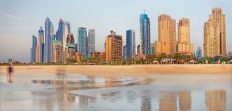 迪拜-小游艇船坞塔全景从海滩的 库存图片