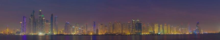迪拜-小游艇船坞塔晚上全景  免版税库存图片