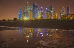 迪拜-小游艇船坞塔晚上地平线从海滩的 库存图片