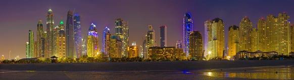 迪拜-小游艇船坞塔晚上地平线从海滩的 免版税库存图片