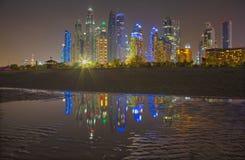 迪拜-小游艇船坞塔晚上地平线从海滩的 库存照片
