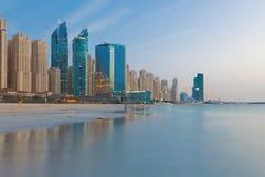 迪拜-小游艇船坞旅馆晚上地平线从海滩的 免版税库存图片