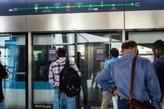 迪拜2018年,人们站立在等待火车的驻地 迪拜,阿布格莱布冰雹驻地, 2018年1月22日 库存照片