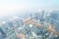 迪拜- 2016年12月4日:街市迪拜的鸟瞰图在晚上 免版税库存照片