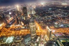 迪拜- 2016年12月4日:街市迪拜的鸟瞰图在晚上 免版税库存图片