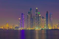 迪拜-晚上小游艇船坞塔 免版税库存照片