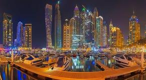 迪拜-晚上小游艇船坞散步 库存照片