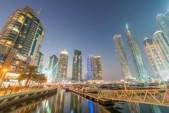 迪拜- 2016年12月:在日落的小游艇船坞大厦 迪拜吸引 免版税图库摄影