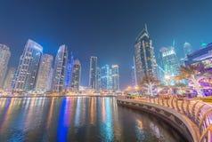 迪拜- 2016年12月:在日落的小游艇船坞大厦 迪拜吸引 库存图片